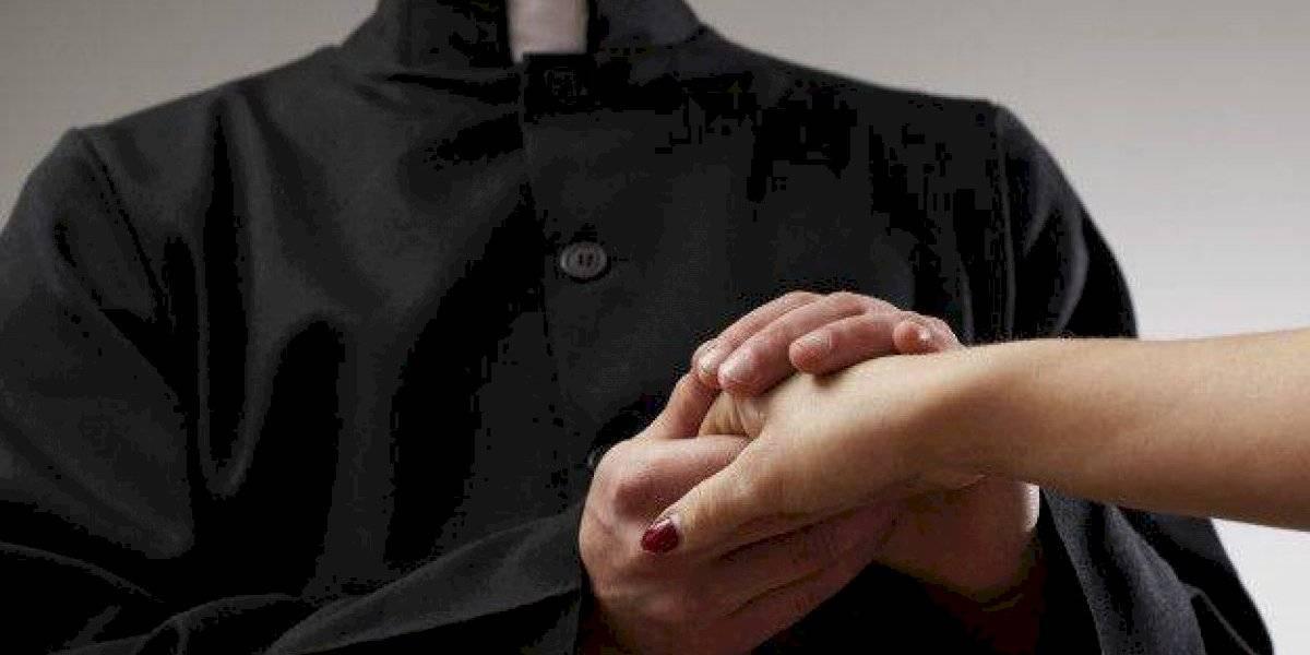 Le roban dinero y ofrendas a un sacerdote en Aibonito