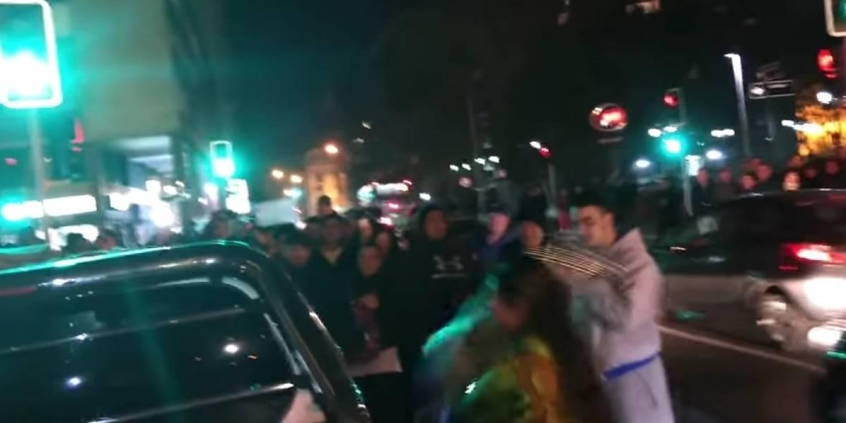 Mujer rompió un carro para sacar a la amante de su esposo del interior
