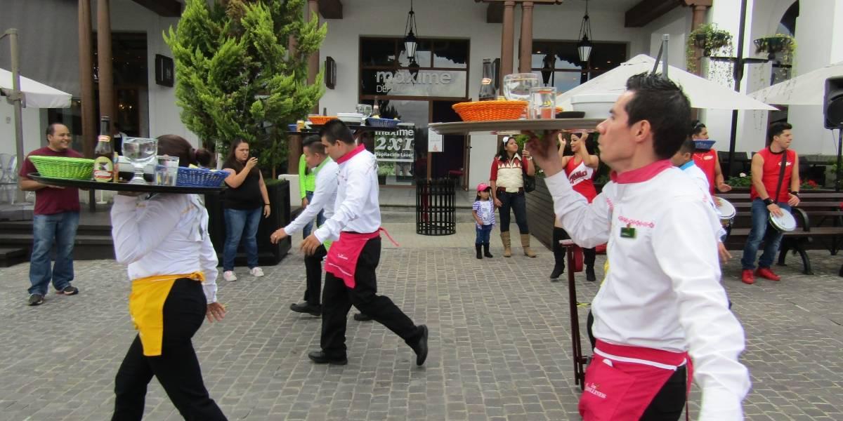 Meseros nacionales y extranjeros compitieron en una carrera de charolas