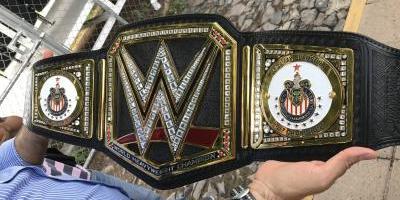 Chivas recibe el cinturón de la WWE por conquistar su título 12