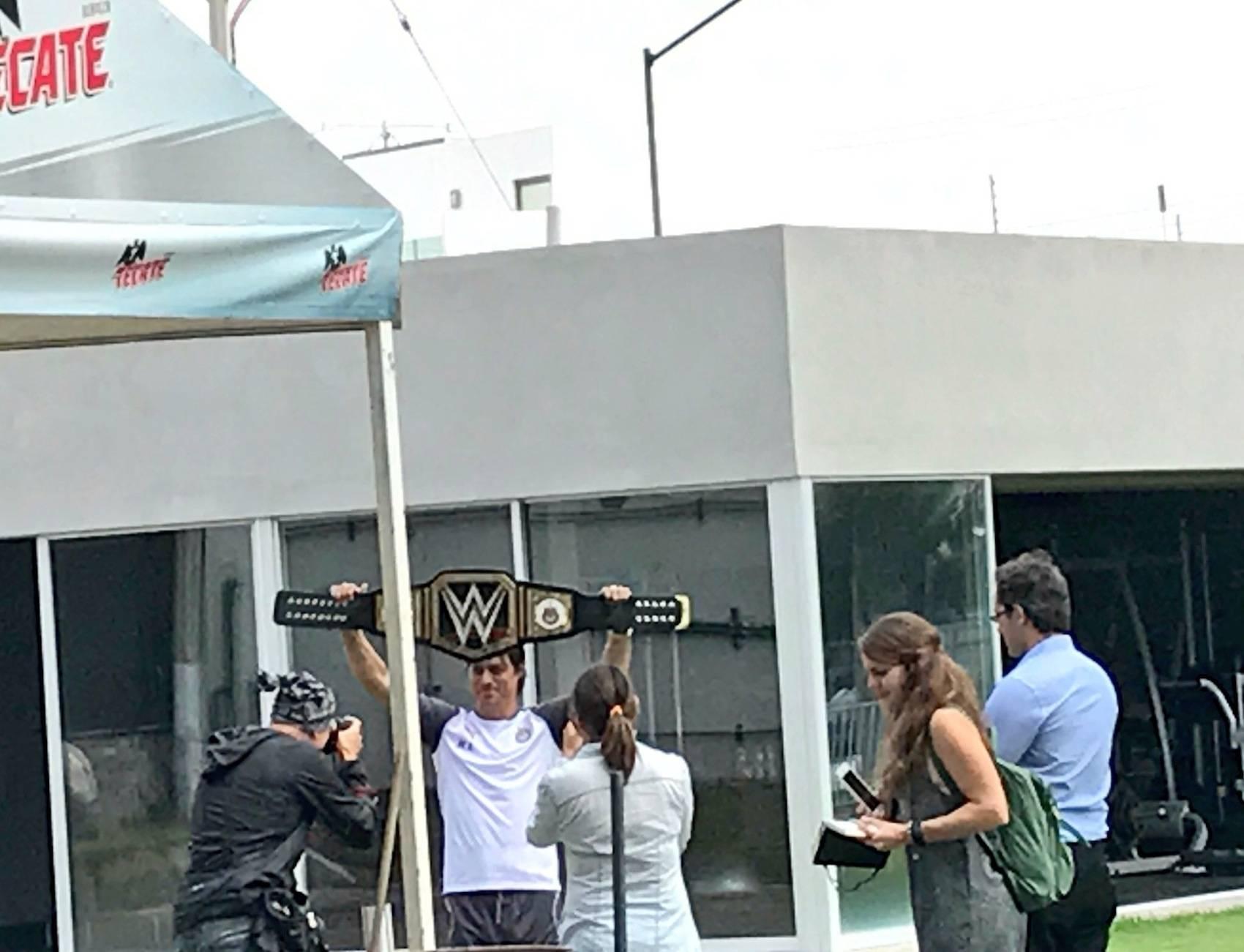 Chivas recibe cinturón de la WWE