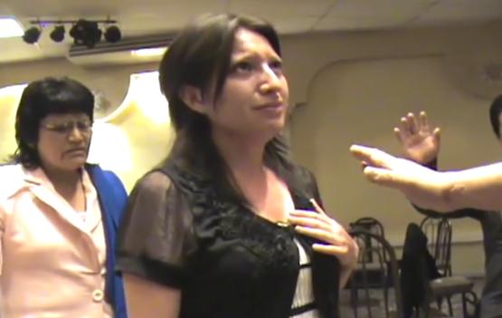 Video: Pastor hace crecer los senos de una creyente