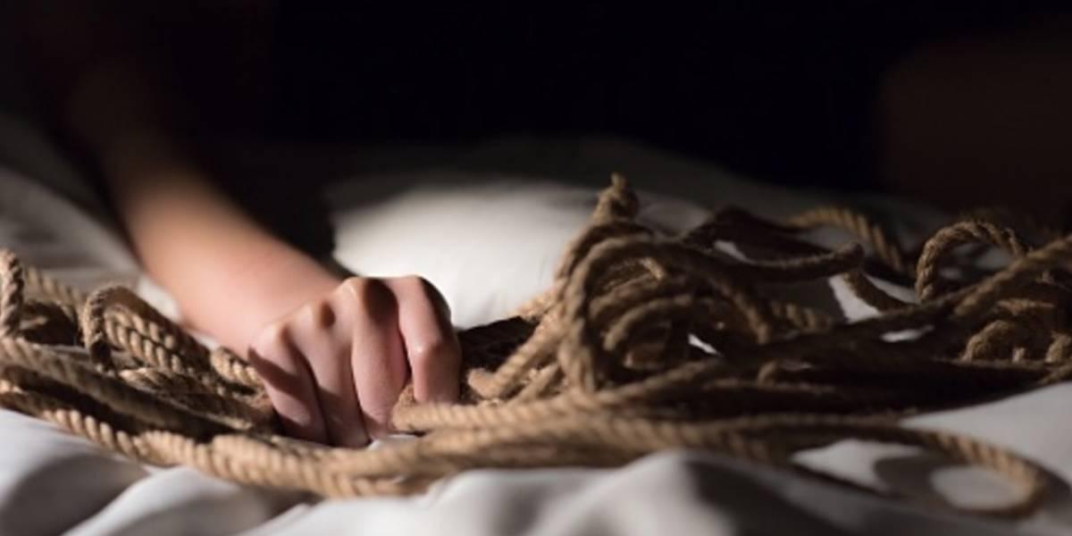 Mujer contrae una rara enfermedad y muere por amarrarse al tener relaciones