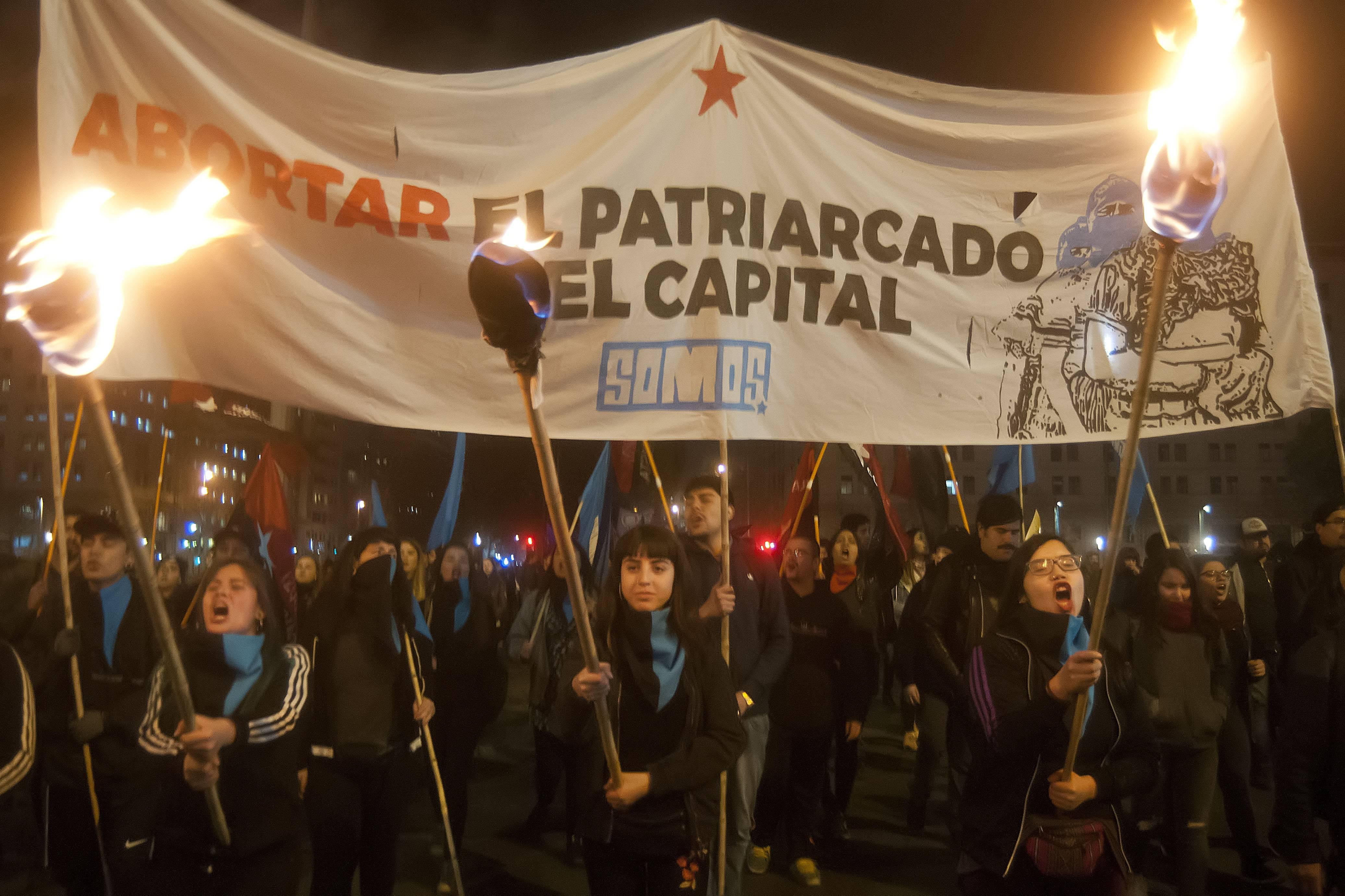 Multitudinaria marcha en Santiago a favor del aborto 'libre, seguro y gratuito'