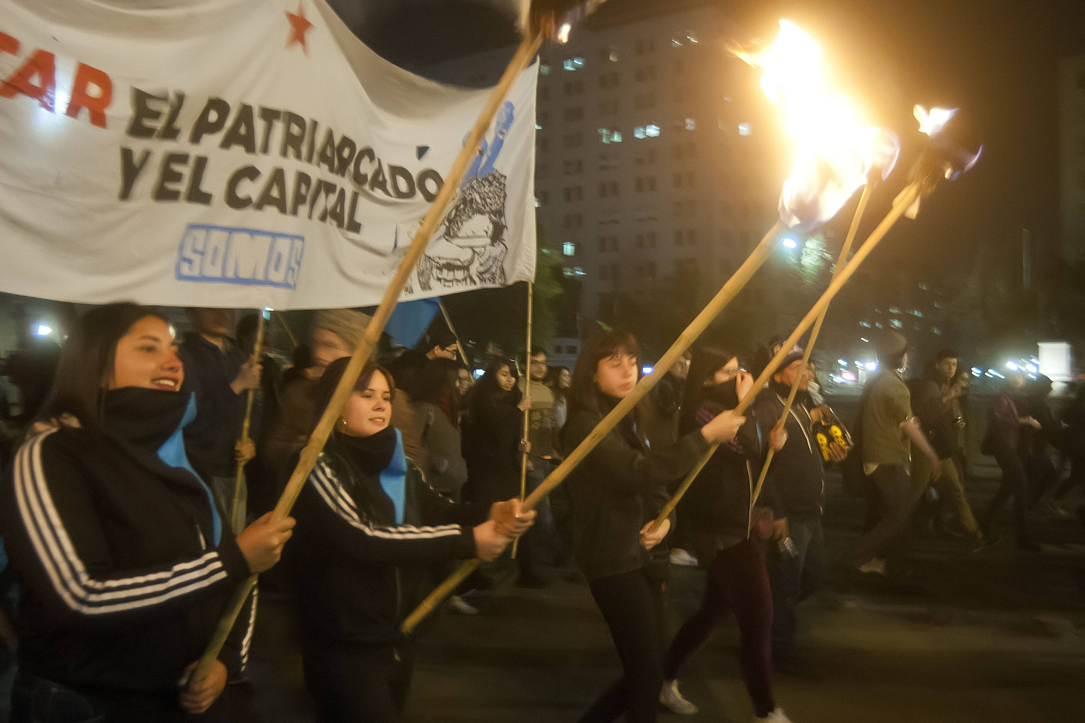 Cientos de personas marchan por el aborto libre en Santiago