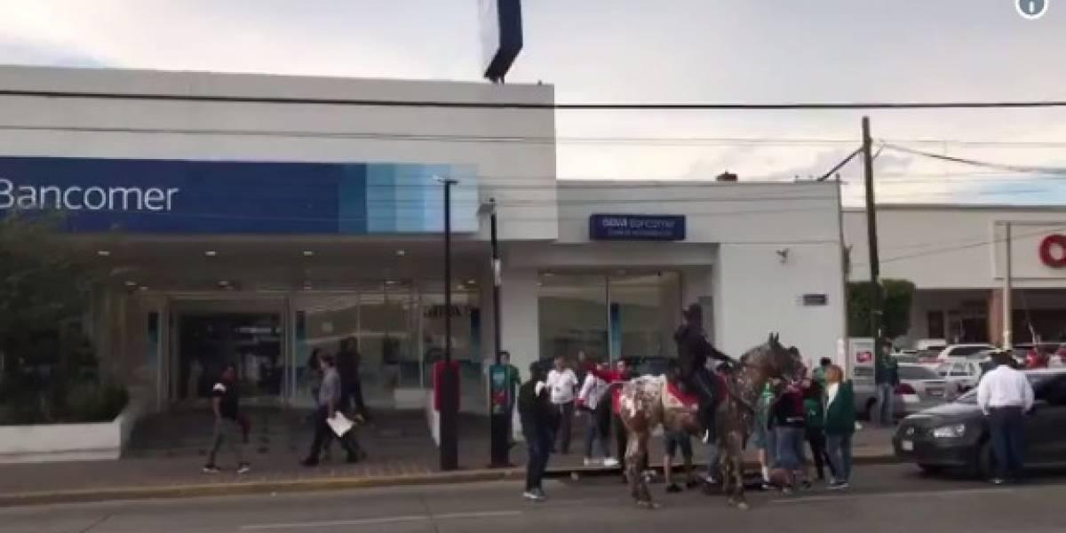 Video: Aficionado del León deja inconsciente a seguidor del Atlas