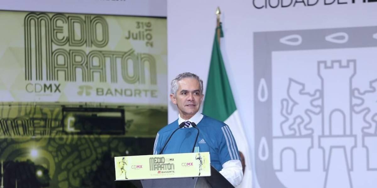 Mancera presenta playeras y medallas del Medio Maratón de la CDMX