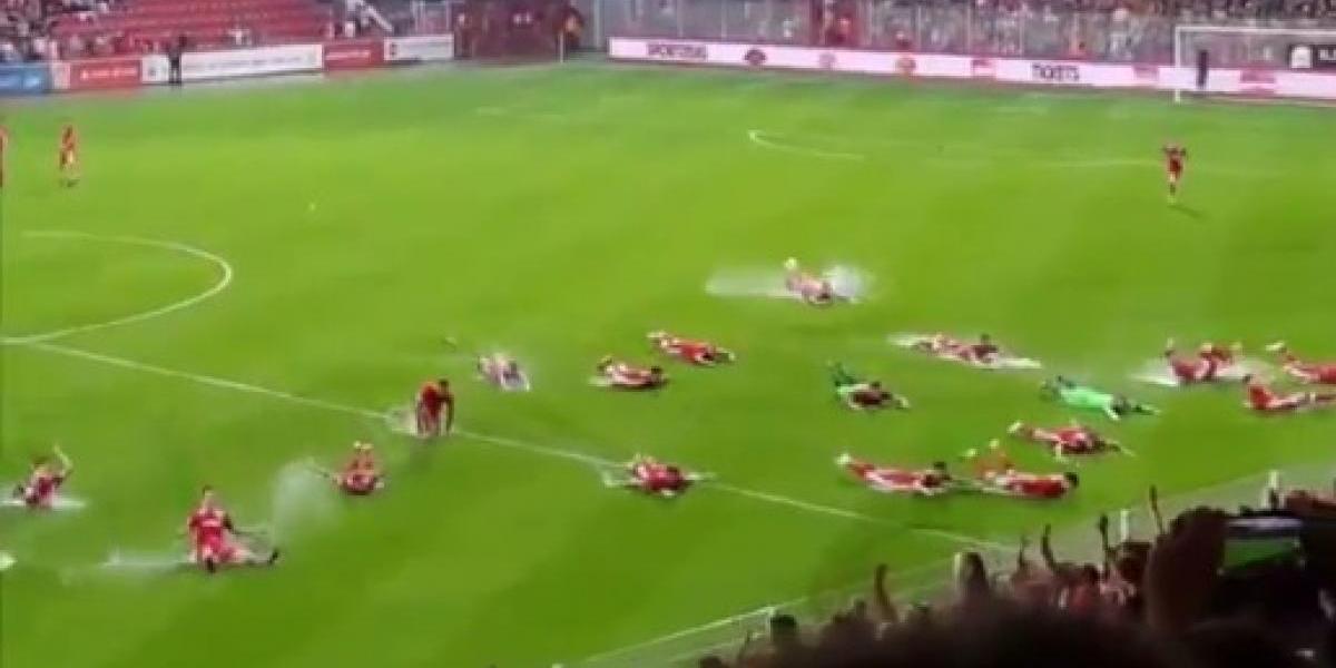Video: Suspenden partido y jugadores convierten la cancha en alberca