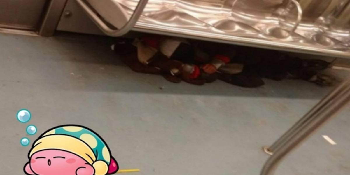 Indigentes invaden vagones del Metro para dormir bajo los asientos