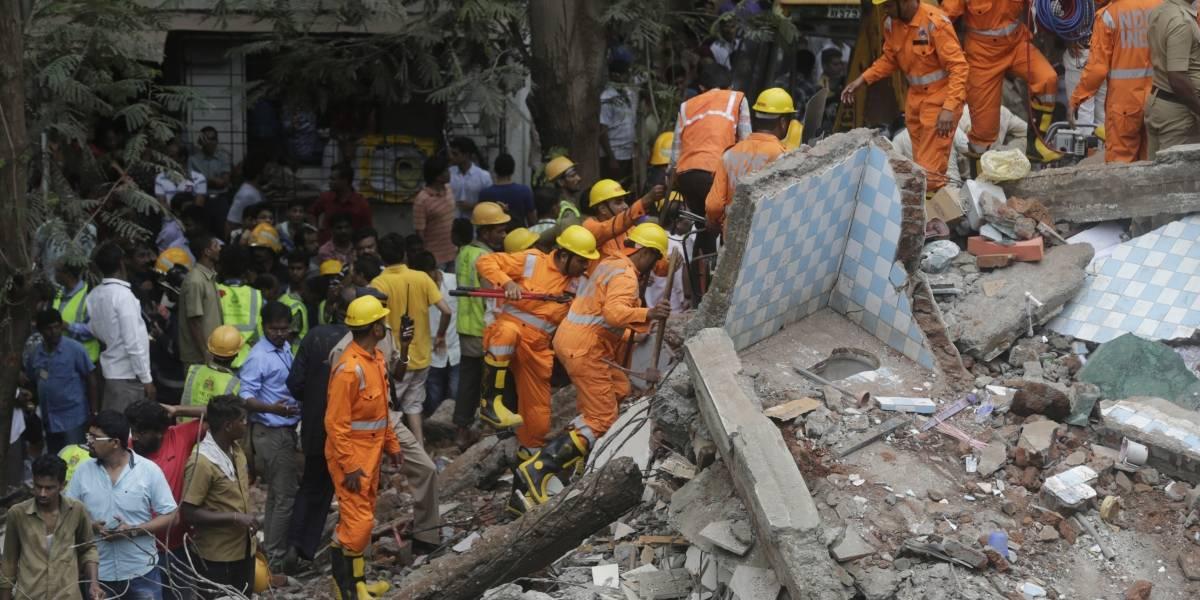 Al menos 3 muertos al derrumbarse edificio en Mumbai, India