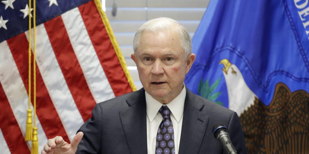 Trump está considerando despedir a Sessions, revelan fuentes de la Casa Blanca