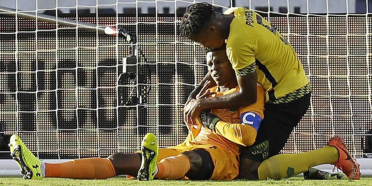 VIDEO: Arquero de Jamaica sufre lesión en una mano por jugada accidental