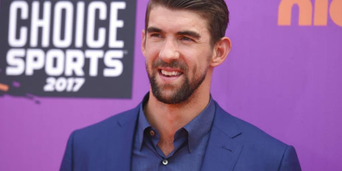 Michael Phelps defiende su carrera con tiburón simulado