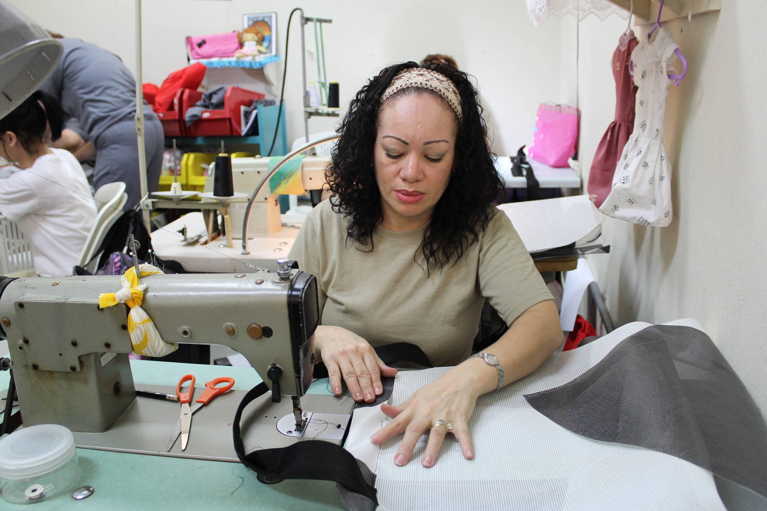 """""""Es como una pasión que yo tengo por la máquina. Yo llego y rápidamente quiero sentarme a coser. Es lo que me gusta. Lo aprendí aquí en Corrección. Cuando llegué de la calle, no sabía nada de eso"""", expresó Ana Contrera, de 42 años. / Foto: David Cordero M"""