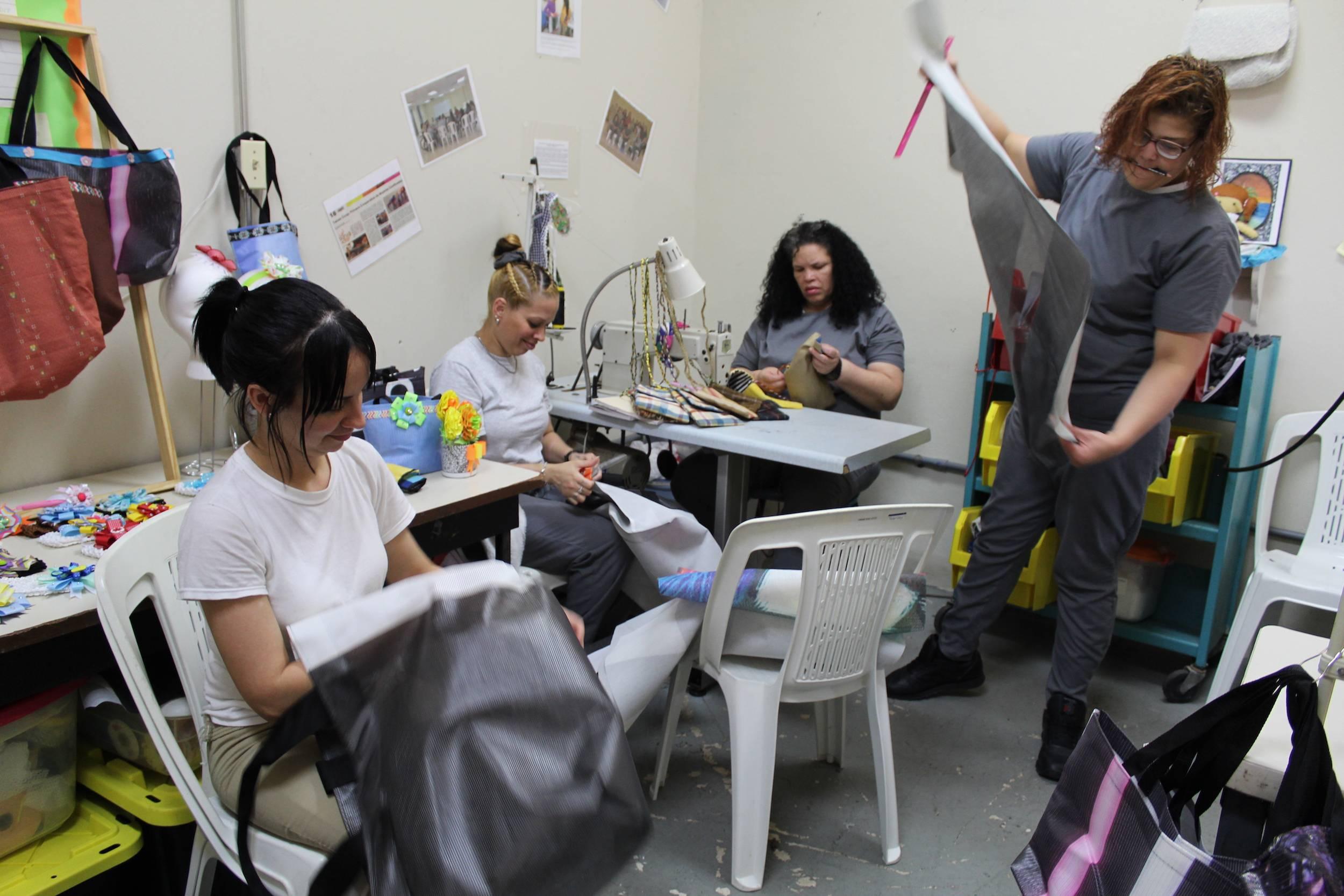 Socias de la Cooperativa Taínas trabajan en la confección de bolsos reusables en el taller. / Foto: David Cordero Mercado