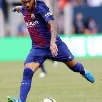 Neymar realiza un remate en un partido