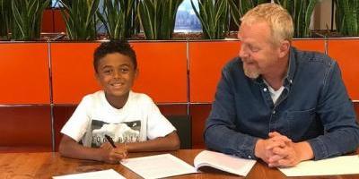 El hijo de Kluivert, de 9 años, firma un contrato con Nike