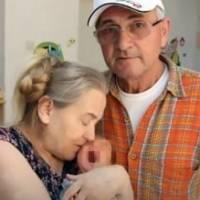 Por fin logró tener un bebé a los 60 años, pero su marido la abandonó