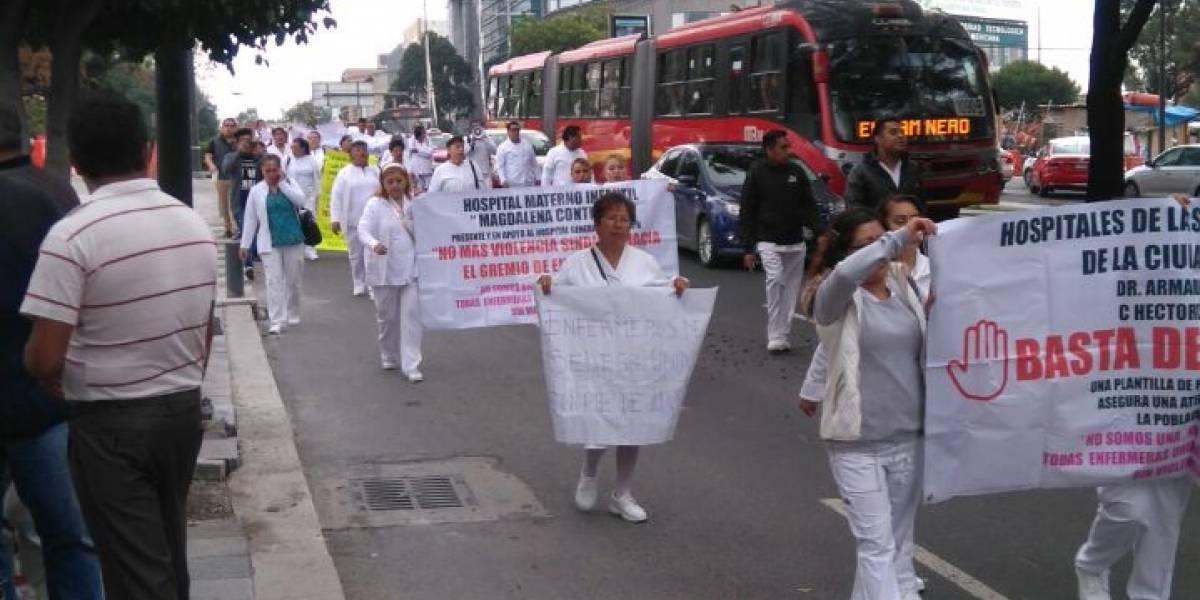 Marchan enfermeras sobre Reforma; hay caos vial en la zona