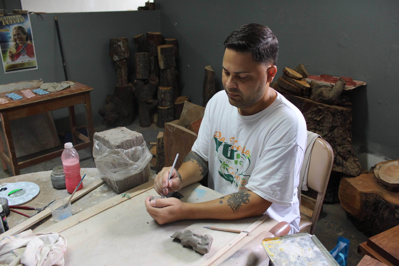 Melvin Pastrana Collazo, de 41 años, trabaja en la elaboración de una figura del Quijote hecha en barro, en el taller de artesanía de Vencedores. / Foto: David Cordero Mercado