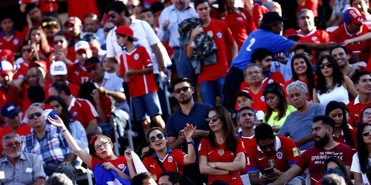 Hinchas no temen a sanción de la FIFA y agotan galerías para Chile-Paraguay en 30 minutos