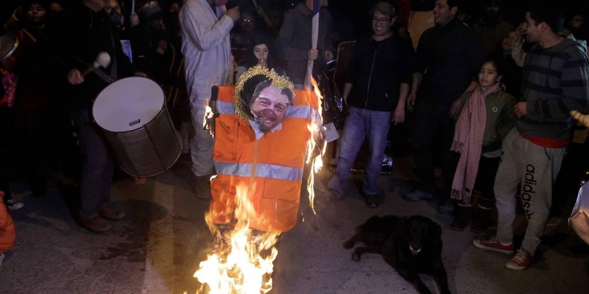 Vecinos de Til Til queman muñeco de Orrego para manifestarse en contra de relleno sanitario