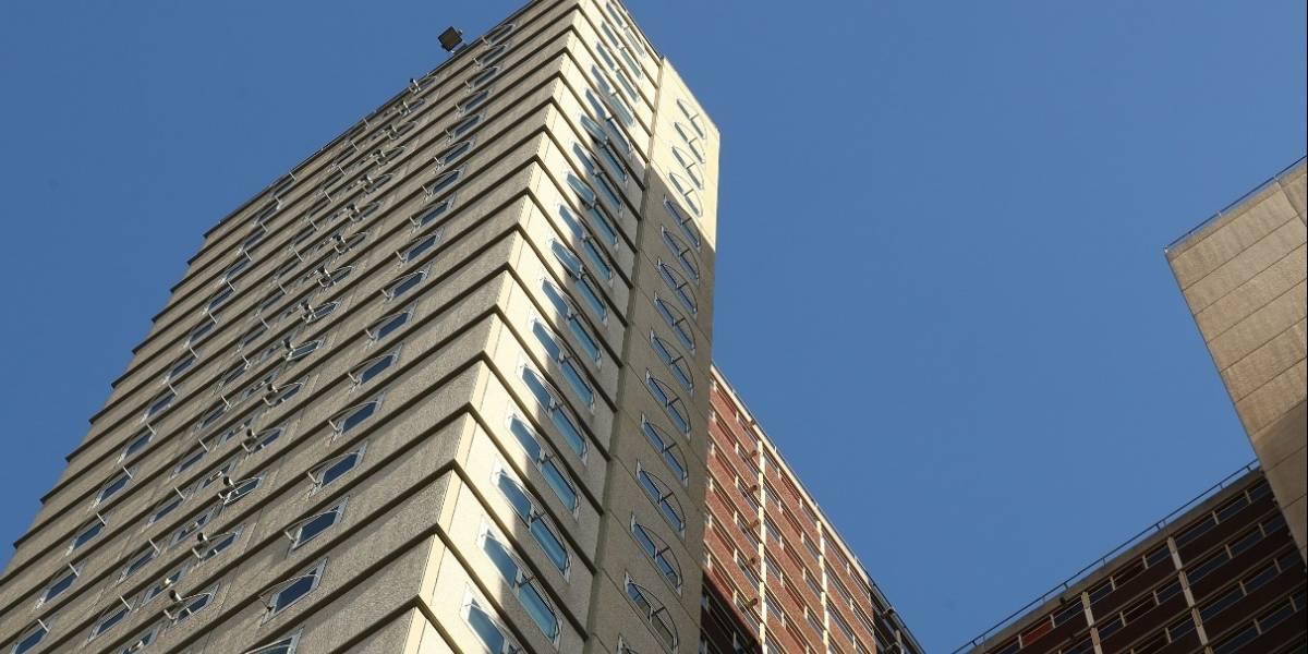 Mujer murió tras arrojarse al vacío desde un quinto piso ante la mirada horrorizada de su hijo