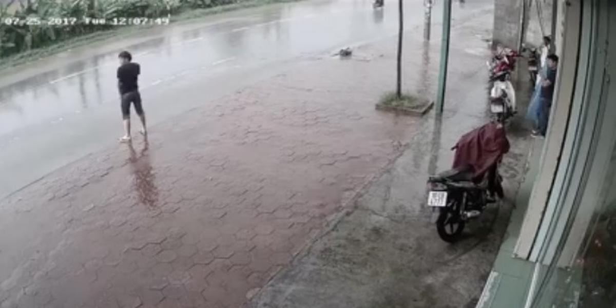Hombre decide orinar en medio de la calle y se vuelve viral por particular castigo