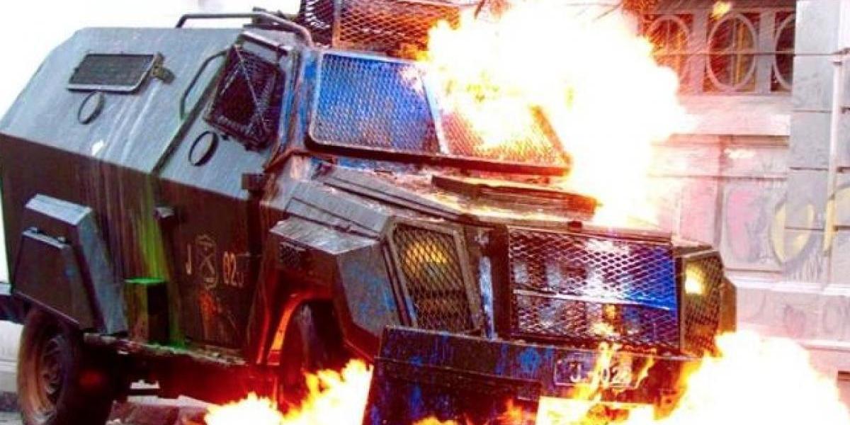 Manifestantes dejaron en llamas a carro lanza gases afuera del Liceo de Aplicación