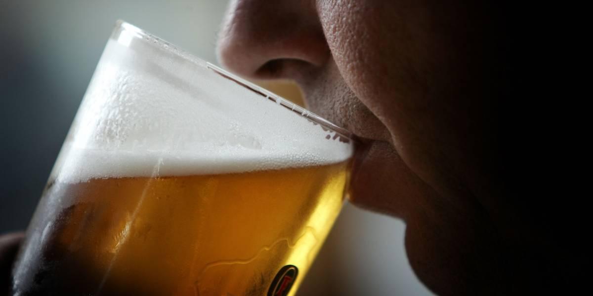 Estaba tan borracho que colapsó antes de prueba de alcoholemia pero el juez no le quitó la licencia