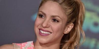 Shakira luce viejo look junto a Nicky Jam
