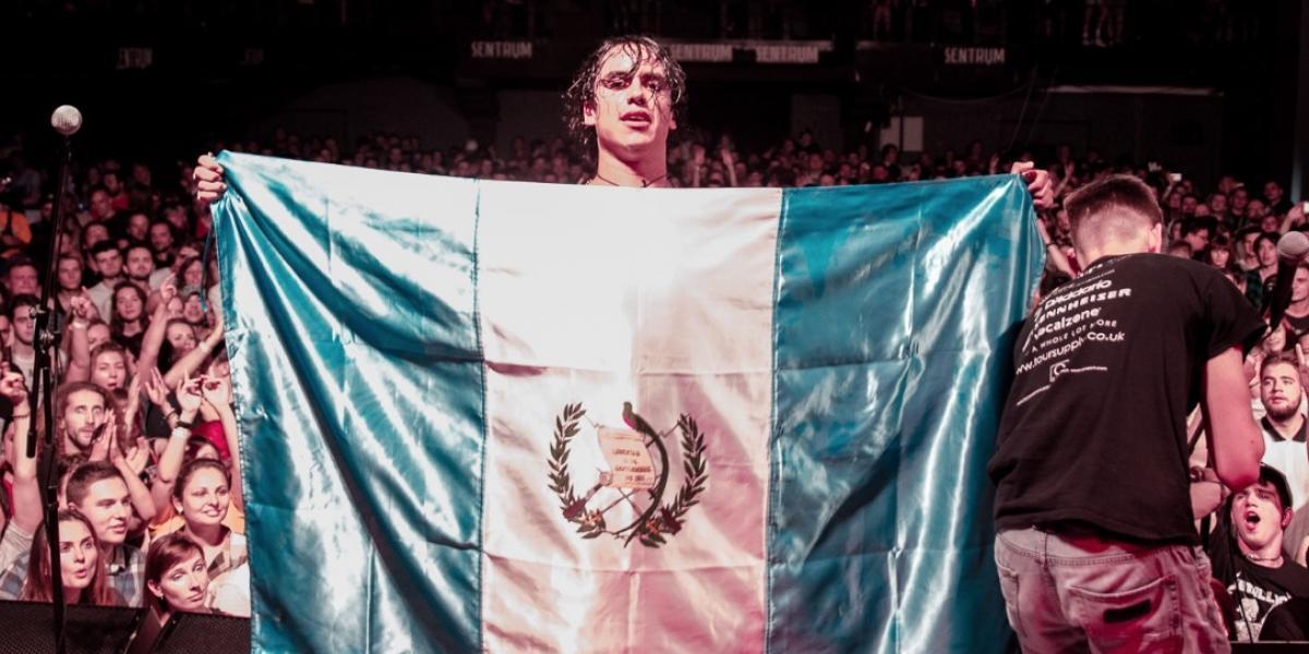 Músico guatemalteco está de gira en Ucrania con su banda de rock