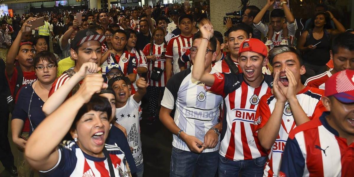 """Aficionados reciben a Chivas con un """"pasillo de campeón"""" en la CDMX"""