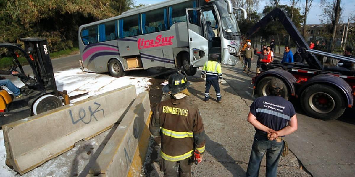 Accidente de microbús provoca gran congestión en Valparaíso