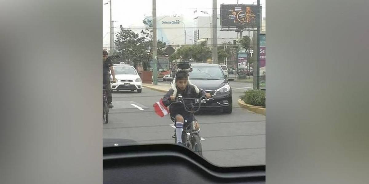 Fiestas Patrias del Perú: niño pedalea al desfile militar acompañado su perro y se vuelve viral