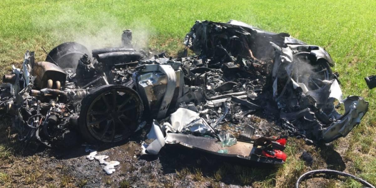 Hombre choca y quema su Ferrari a una hora de comprarlo