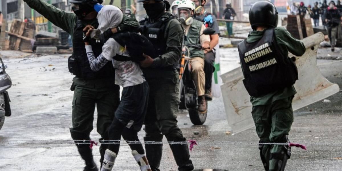 Gases, balas e insultos: militares reprimen a opositores de Maduroen Venezuela