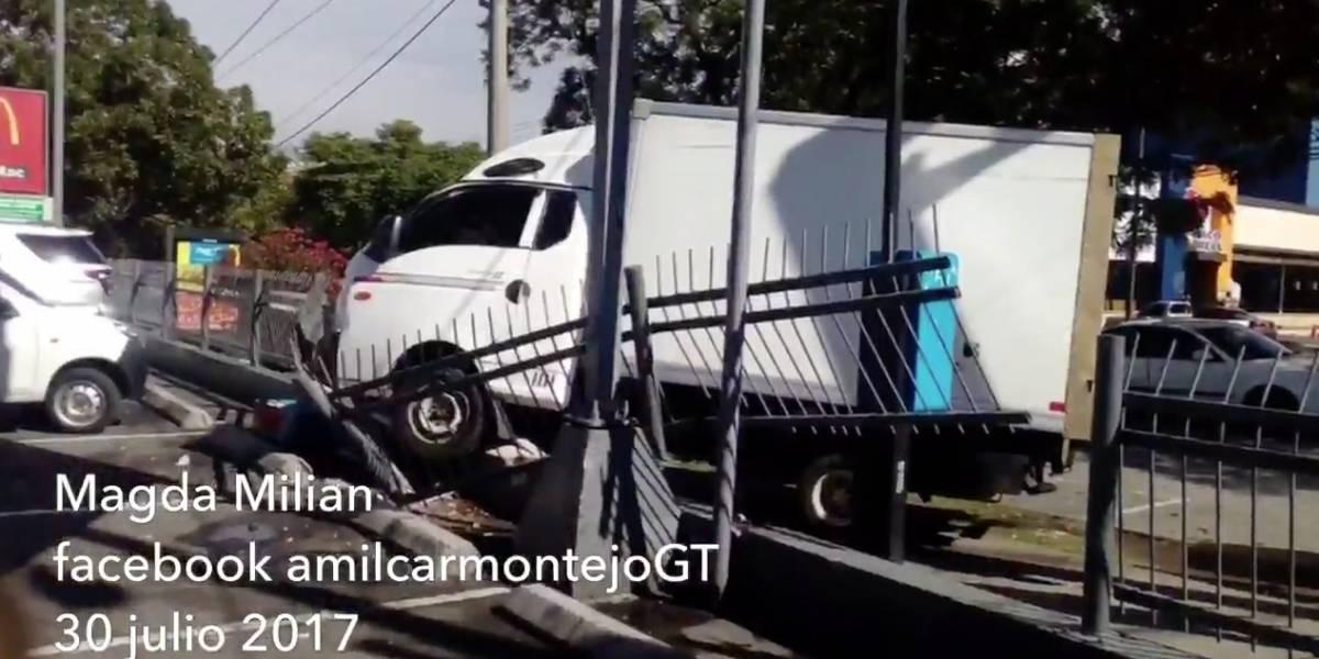 VIDEO. Conductor huye tras colisionar camión en baranda de restaurante en zona 9