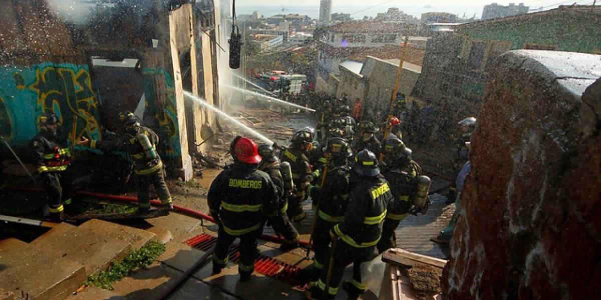 Valparaíso: incendio arrasó una vivienda y dejó 10 personas damnificadas en cerro La Cruz