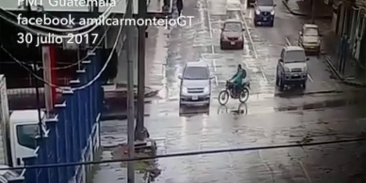 VIDEO. Automovilista no respeta semáforo en rojo y motorista impacta violentamente con él