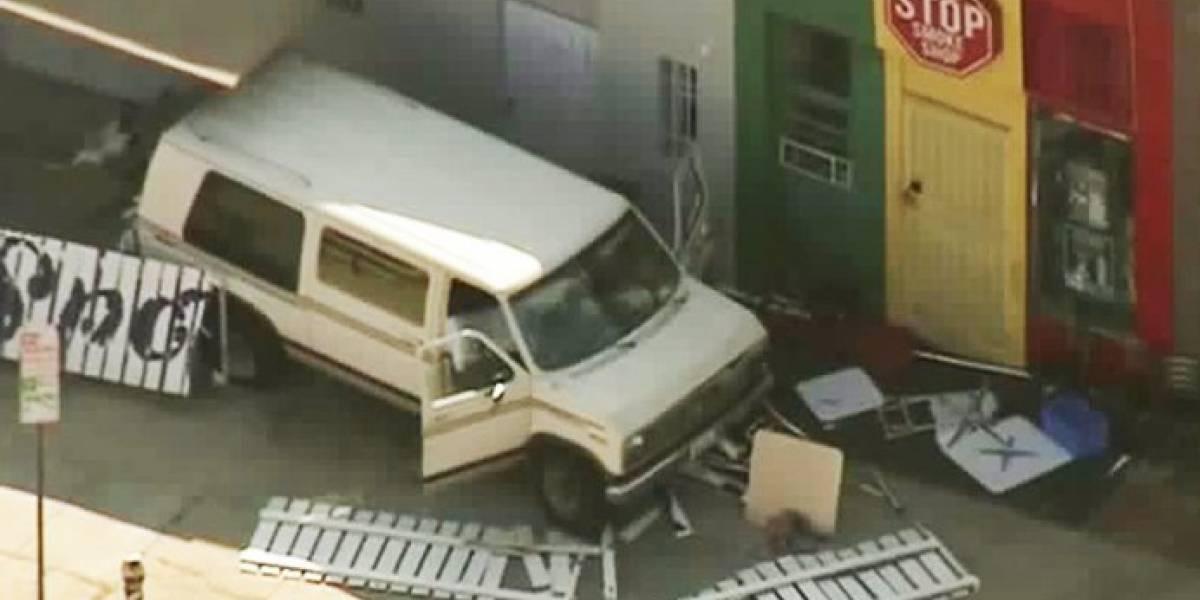 Camioneta arrolla a varias personas en Los Ángeles; reportan seis heridos