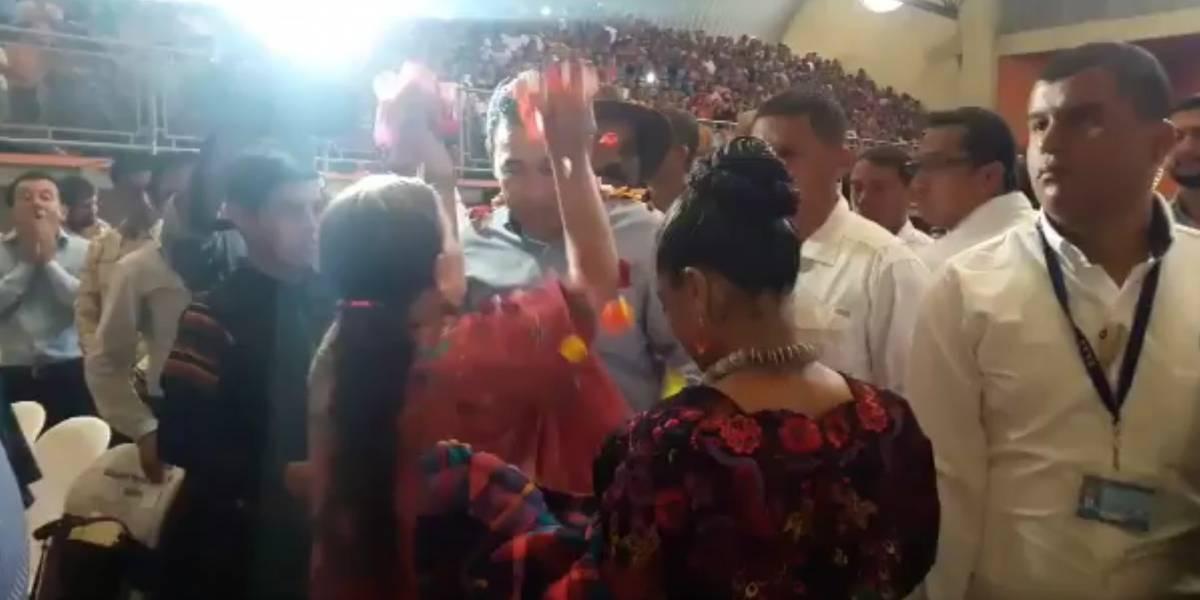 """Presidente Jimmy Morales es """"bañado"""" de pétalos por la esposa de Benedicto Lucas García"""