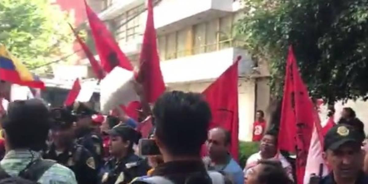 Venezolanos se manifiestan afuera de su embajada en la CDMX contra Maduro