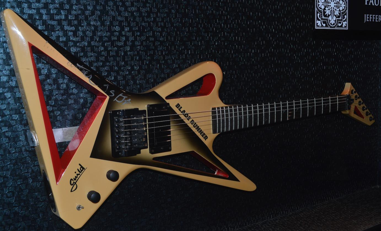 Muchos músicos han donado algunos de sus instrumentos al hotel. | Erika Padrón