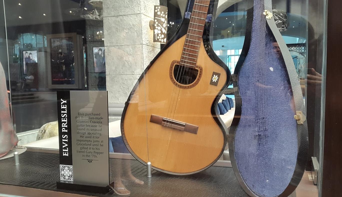 Esta guitarra de Elvis Presley es exhibida en la zona principal del hotel. | Erika Padrón