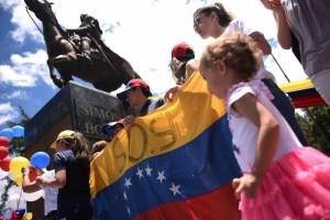 Adultos son acompañados de sus hijos para mostrar rechazo a la decisión de Maduro.