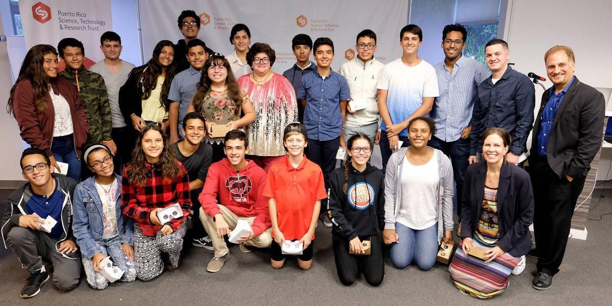 Jóvenes participan de campamento sobre realidad virtual