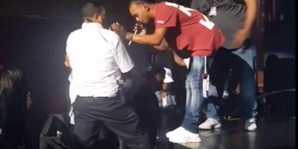 Video: Famoso reguetonero golpea a un hombre en pleno concierto