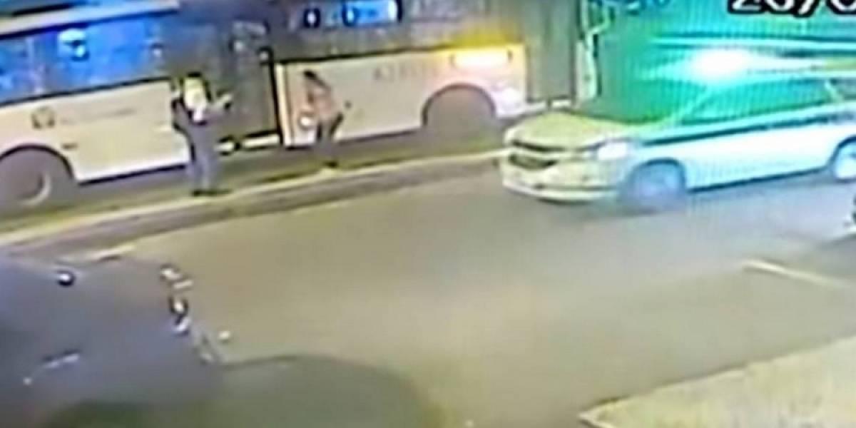 Cruda venganza: joven lanza a su pareja embarazada frente a bus en movimiento por negarse a abortar