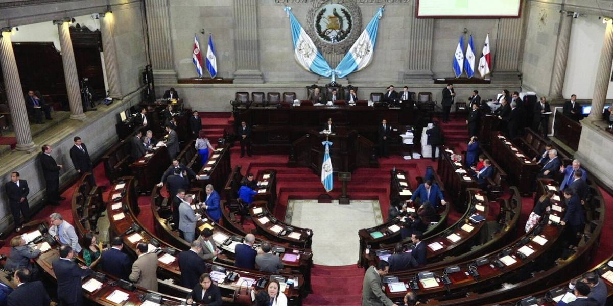 Discuten que sueldo base de los diputados sea de Q29 mil 150
